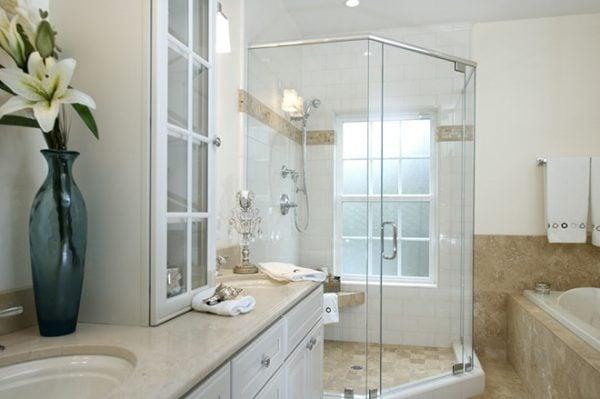 Vách tắm kính thẳng 180 độ được thiết kế với bản lề bắt với vách kính và cánh cửa phòng tắm để tạo nên một góc 180 độ