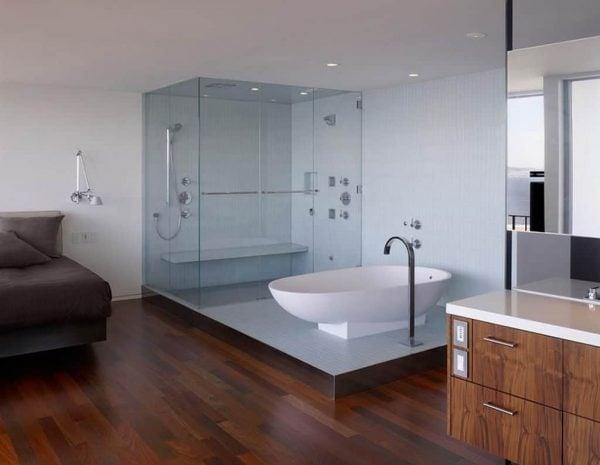 Vệ sinh phòng tắm dễ dàng với vách tắm kính cường lực