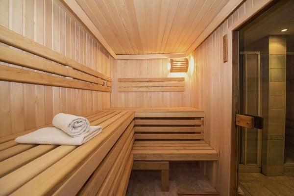 Ghế ngồi được xem là phụ kiện của phòng xông hơi được chế tác chủ yếu từ gỗ thông