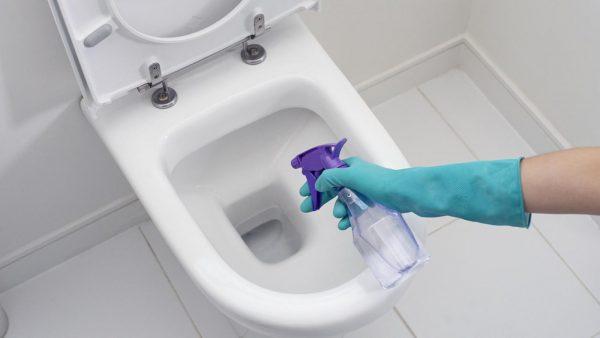 Nên sử dụng nước tẩy chuyên dụng dành riêng cho bồn cầu