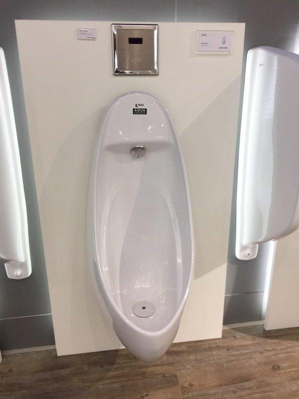 Tiểu nam của thương hiệu Inax được thiết kế với màu trắng bóng và dễ vệ sinh