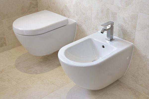 Bồn tiểu có kèm theo vòi nước rửa