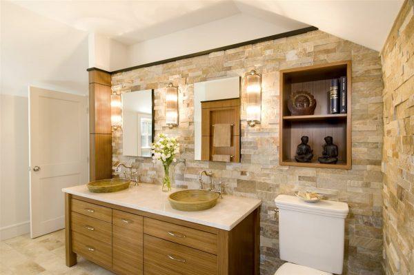 Phòng tắm sẽ rộng và thoáng mát hơn khi có thêm tủ đựng đồ ở giữa tấm gương