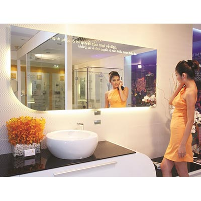 Gương soi phòng tắm được cắt theo kích thước bàn đá