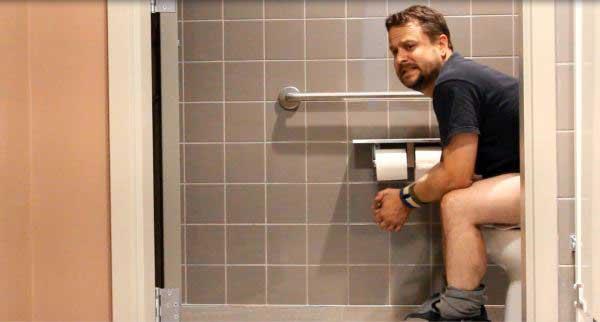 Tránh rặn quá mạnh khi đi vệ sinh 1