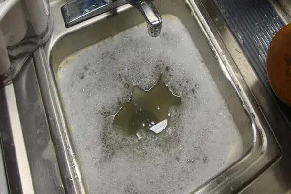 Bồn rửa chén bị nghẹt nguyên nhân và cách khắc phục