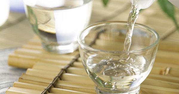 Dùng giấm ăn để vệ sinh vòi nước inox 1