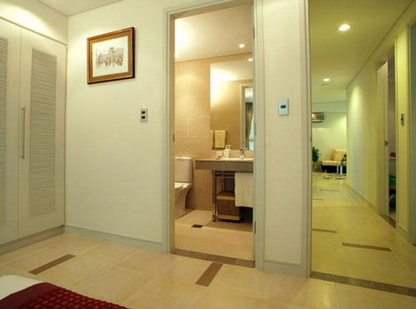 Tránh treo gương đối diện với cửa nhà vệ sinh 1