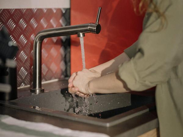 Vì sao vòi nước chảy yếu nguyên nhân và cách khắc phục